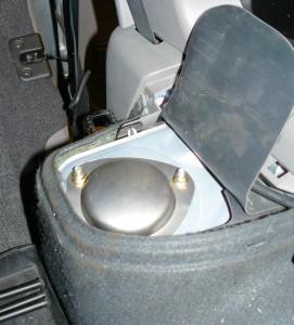 Yläkiinnitys löytyy muovin ja suojakumin alta